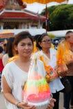CHONBURI TAJLANDIA, CZERWIEC, - 29: Niezidentyfikowana Tajlandzka dziewczyna niesie daleko Zdjęcie Stock