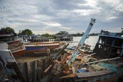CHONBURI TAJLANDIA, CZERWIEC - 14,2016: szkoda stara rybołówstwo łódź wewnątrz fotografia stock