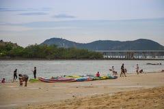 CHONBURI TAJLANDIA, LIPIEC, - 08, 2017: Ludzie bawić się plażę przy Fotografia Stock