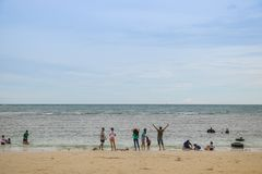 CHONBURI TAJLANDIA, LIPIEC, - 08, 2017: Ludzie bawić się plażę przy Zdjęcie Royalty Free