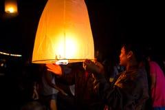 CHONBURI TAJLANDIA, LISTOPAD, - 28: Dwa ludzie trzyma latanie fi Zdjęcie Royalty Free