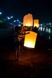 CHONBURI TAJLANDIA, LISTOPAD, - 28: Dwa ludzie trzyma latanie fi Obrazy Stock