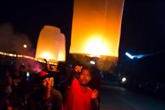 CHONBURI TAJLANDIA, LISTOPAD, - 28: Dwa ludzie trzyma latanie fi Zdjęcia Stock
