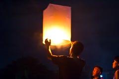 CHONBURI TAJLANDIA, LISTOPAD, - 28: Dwa ludzie trzyma latanie fi Obraz Stock