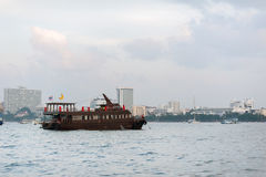 Chonburi, Tajlandia statek jest spławowym owoce morza restauracją blisko linii brzegowej Pattaya Zdjęcie Stock