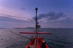 CHONBURI THAÏLANDE - 14 JANVIER 2018 : travail et voyage de pêcheur en le bateau de pêcheur avec des vitesses de canne à pêche et Images libres de droits