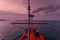 CHONBURI THAÏLANDE - 14 JANVIER 2018 : travail et voyage de pêcheur en le bateau de pêcheur avec des vitesses de canne à pêche et Photos libres de droits