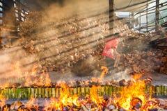 Chonburi, Thailand - April, 10, 2016: Alte Frau brennt Reis roas Stockfoto