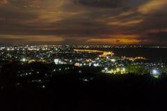 CHONBURI, THAILAND - 14 AUGUSTUS 2015 - Lichte slepen op gebogen Royalty-vrije Stock Afbeeldingen