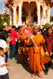 CHONBURI THAILAND - JUNI 29; Oidentifierad ny buddistisk munk Royaltyfria Bilder