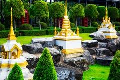 CHONBURI THAILAND - mars 18, 2016: Det tropiska landskapet parkerar in Arkivbild