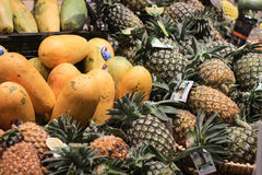 CHONBURI, THAILAND - MEI 21, 2017: Ananassen en papayaes stock fotografie