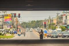 Chonburi, Thailand - Mei 23, 2017: De tegenovergestelde auto's draaien Royalty-vrije Stock Foto