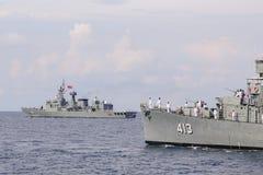CHONBURI THAILAND-NOV 10 2016: HTMS Pinklao DE 413 och HTMS Naresuan FF421 seglar i havet Arkivfoton