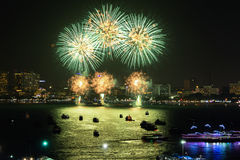 Chonburi, Thailand - November 28, 2015: Festival van het Pattaya is het Internationale Vuurwerk de concurrentie tussen veelvoudig Stock Afbeelding