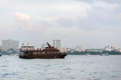 Chonburi, Thailand-Schiff ist ein sich hin- und herbewegendes Meeresfrüchterestaurant nahe der Küstenlinie von Pattaya stockfoto