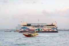 Chonburi, Thailand-Schiff ist ein sich hin- und herbewegendes Meeresfrüchterestaurant nahe der Küstenlinie von Pattaya Lizenzfreies Stockfoto