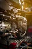 CHONBURI, THAILAND 10. SEPTEMBER 2017: Werkzeug auf der Abdeckung der Plattform und des einzylindrigen Zylinderkopfes im Motorrad Lizenzfreies Stockbild