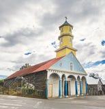 Chonchi kyrka på plazaen de Armas Square - Chonchi, Chiloe ö, Chile royaltyfri fotografi