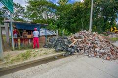 Chone,厄瓜多尔- 2016年4月, 18日:接受在食物医学的援助和水的家庭在7以后 8毁坏的地震 图库摄影