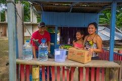 Chone, Ισημερινού - 18 Απριλίου, 2016: Οικογένεια που λαμβάνει την ενίσχυση στην ιατρική και το νερό τροφίμων μετά από 7 σεισμός  στοκ φωτογραφία