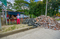Chone Ekwador, Kwiecień, -, 18, 2016: Rodzinna dostawanie pomoc w karmowej medycynie i woda po 7 8 trzęsienie ziemi który niszczy Fotografia Stock