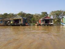 Chong Kneas - den färgrika sväva byn i Tonle underminerar sjön Fotografering för Bildbyråer