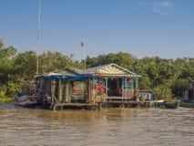 Chong Kneas - den färgrika sväva byn i Tonle underminerar sjön i kam Arkivfoton