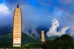 Chong-San-Kontrolltürme, Regenbogen und Wolke stockfoto