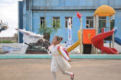 09/01/2018, Chongjin, Noord-Korea: gelukkig jong geitje op een zeer typische speelplaats in scholen en kleuterscholen in Noord-Ko stock fotografie