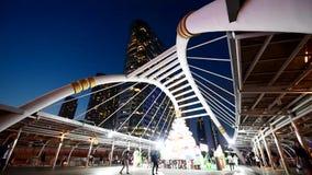 ChongNonsi-Brücke am Stadtgehweg in der Stadt von Bangkok stock video