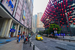CHONGQING, CHINA - SEPTEMBER 11, 2016: De direct-gecontroleerde mensen die in Commercieel centrum van Chongqing, Chongqing lopen  Royalty-vrije Stock Afbeeldingen