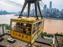 CHONGQING, CHINA - SEPTEMBER 15, 2012: Stadskabelwagen Chongqing, China Stedelijke kabelbaan over Yangtze-Rivier stock afbeelding