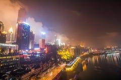 CHONGQING, CINA - 9 SETTEMBRE 2016: La gente che cammina nel centro di affari di Chongqing, Chongqing è il più grande controllato Fotografia Stock Libera da Diritti