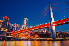 Chongqing DongShuiMen Bridge na noite Imagem de Stock Royalty Free