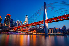 Chongqing DongShuiMen Bridge på natten Royaltyfri Foto