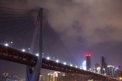 Chongqing DongShuiMen Yangtze River Bridge bij Nacht stock foto's