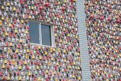 Chongqing Shi Guohua Ceramics Co , Ltd ausrangierte Behälter mit einem Stock in eine Wand Lizenzfreie Stockfotografie