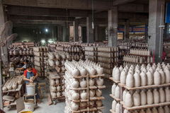 Chongqing Shi Guohua Ceramics Co , Ltd está produciendo a trabajadores de la cerámica foto de archivo libre de regalías