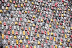 Chongqing Shi Guohua Ceramics Co , Ltd los tanques desechados con un palillo en una pared fotografía de archivo libre de regalías