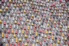 Chongqing Shi Guohua Ceramics Co , Ltd tanques desfeitos com uma vara em uma parede Fotografia de Stock Royalty Free