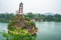 Chongzuo lutande torn i porslin arkivfoton