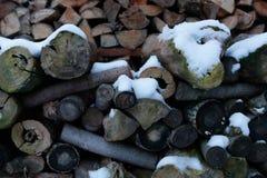 Chooped-Holz bedeckt mit Schnee stockbilder