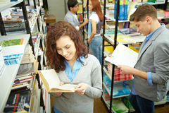 Choosing books in college Royalty Free Stock Photography