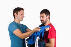 Choossing una camisa Fotos de archivo libres de regalías