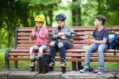 chłopak wygląda dziewczyny dziecka uśmiechów rozkochujący park Zdjęcia Stock