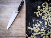 Chopboard e gnocchi fresco da massa Imagens de Stock Royalty Free