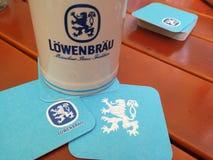 Chope en grès de bière de Lowenbrau photo libre de droits