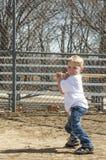 Chłopiec bawić się baseballa Zdjęcia Royalty Free
