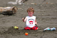 chłopiec bawić się piaska berbecia Zdjęcia Royalty Free